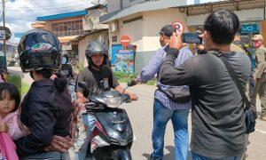 Bupati Bengkayang, Sebastianus Darwis memberhentikan pengendara motor untuk di-tracking dan swab, Sabtu (22/5/2021). Foto: Kurnadi/Jurnalis.co.id