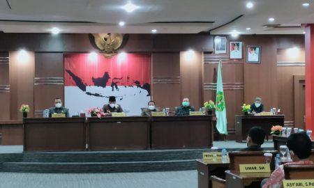 Bupati Darwis membahas tiga Raperda Inisiatif DPRD Bengkayang, Selasa(25/5/2021). Foto: Kurnadi/Jurnalis.co.id