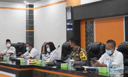 Dra Yosepha (tengah) dalam rapat persiapan Belajar Tatap Muka di Kabupaten Sintang. Foto: Prokopim Kabupaten Sintang