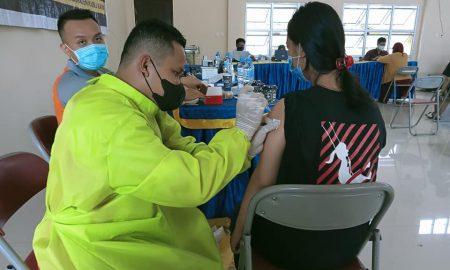 Pelaksanaan vaksinasi kedua di Puskesmas Sungai Kakap, Rabu (06/10/2021). Foto: Syamsul Arifin/Jurnalis.co.id
