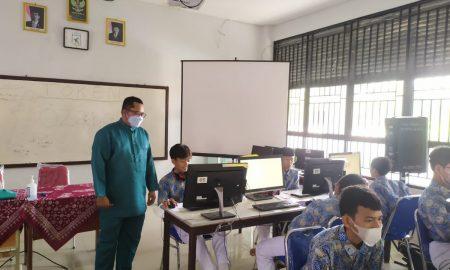 25 siswa dari SMPIT Anak Shaleh Mempawah mengikuti Asesmen Nasional Berbasis Komputer (ANBK) 2021 gelombang 2 di SMA Negeri 1 Mempawah. Foto: Istimewa