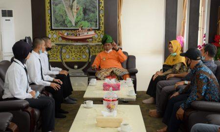 Bupati Kayong Utara Citra Duani melepas keberangkatan tiga orang Calon Mahasiswa (Cama) yang akan menempa ilmu di perguruan tinggi Bekasi Jawa Barat D4 Sekolah Tinggi Transportasi Darat (STTD) di Istana Rakyat (Pendopo Bupati), Kamis (07/10/2021).
