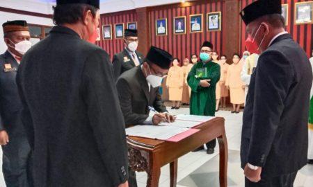 Bupati Sanggau Paolus Hadi melantik delapan Pejabat Pimpinan Tinggi Pratama dan lima belas Pejabat Administrator di lingkungan Pemerintah Kabupaten Sanggau, di ruang musyawarah lantai satu Kantor Bupati Sanggau, Jumat (15/10/2021) sore.