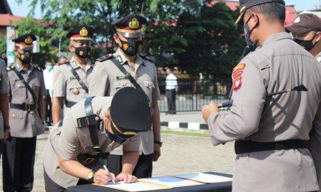 Kapolres Sanggau, AKBP Ade Kuncoro Ridwan memimpin serah terima (settijab) sejumlah pejabat utama di lingkungan Polres Sanggau, pada Jumat (15/10/2021). Foto: Istimewa