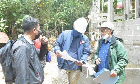 Wakil Bupati Sambas, Fahrur Rofi, melakukan pemantauan progres pembangunan akses jalan ke Kebun Raya Sambas (KRS) di Kecamatan Subah, pada Senin (18/10/2021). Foto: Istimewa