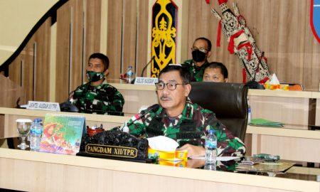 Panglima Kodam XII/Tanjungpura, Mayjen TNI Sulaiman Agusto, saat mengikuti Rapat Evaluasi Pelaksanaan Vaksinasi Covid-19.