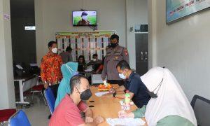 Pelaksanaan vaksinasi Astrazeneca dosis 1 dan 2 di Halaman Kantor Desa Parit Baru, Kamis(15/10/2021). Foto: Syamsul Arifin