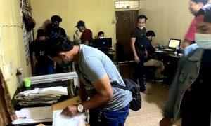 Polda Kalbar menggerebek sebuah rumah yang diduga digunakan sebagai perusahaan Pinjaman Online (Pinjol) ilegal. Foto: Istimewa