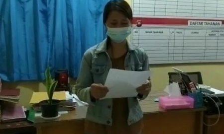 Wanita berinisial S saat membuat pengakuan atas kebohongannya yang juga disertai ungkapan penyesalan di Polsek Sintang Kota pada Sabtu (02/10/2021) lalu. Foto: Istimewa