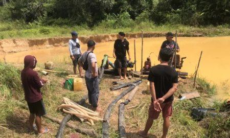 Polsek Serawai mengamankan empat terduga pelaku dan barang bukti dalam operasi Pertambangan Emas Tanpa Izin. Foto: Humas Polsek Serawai