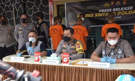 Polres Sintang menggelar press release hasil penangkapan dan pengungkapan kasus curanmor selama beberapa bulan terakhir dan operasi Pertambangan Tanpa Izin (PETI) di Kabupaten Sintang, Jumat (15/10/2021) pagi. Foto: Cal/Istimewa